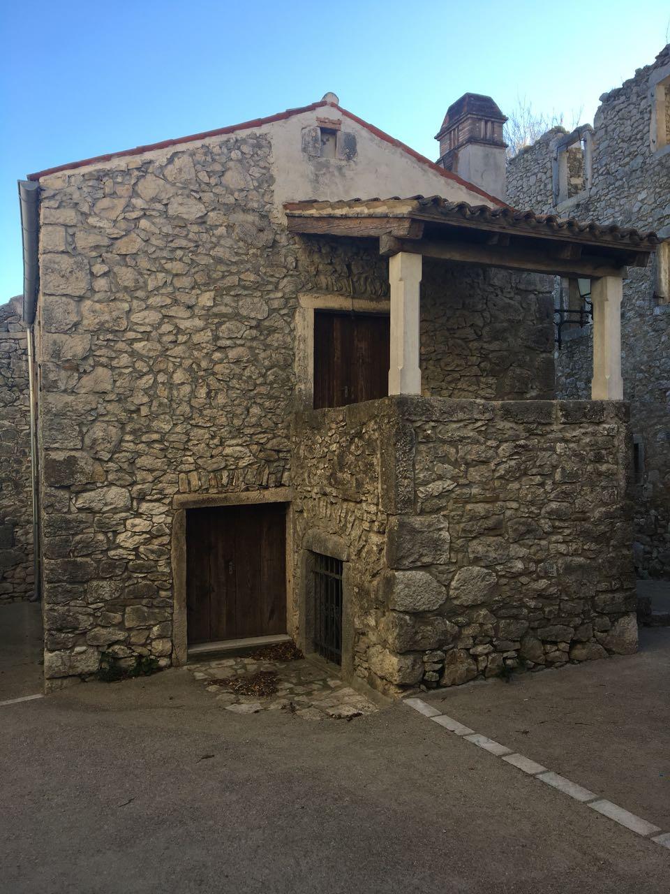 Adaptirana kamena kuća u centru Pićana